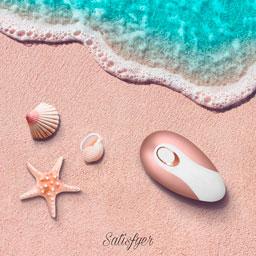 Satisfyer Pro Deluxe на берегу моря